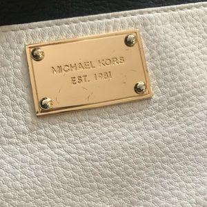 MICHAEL Michael Kors Bags - 🆕 Michael Kors black and white wristlet